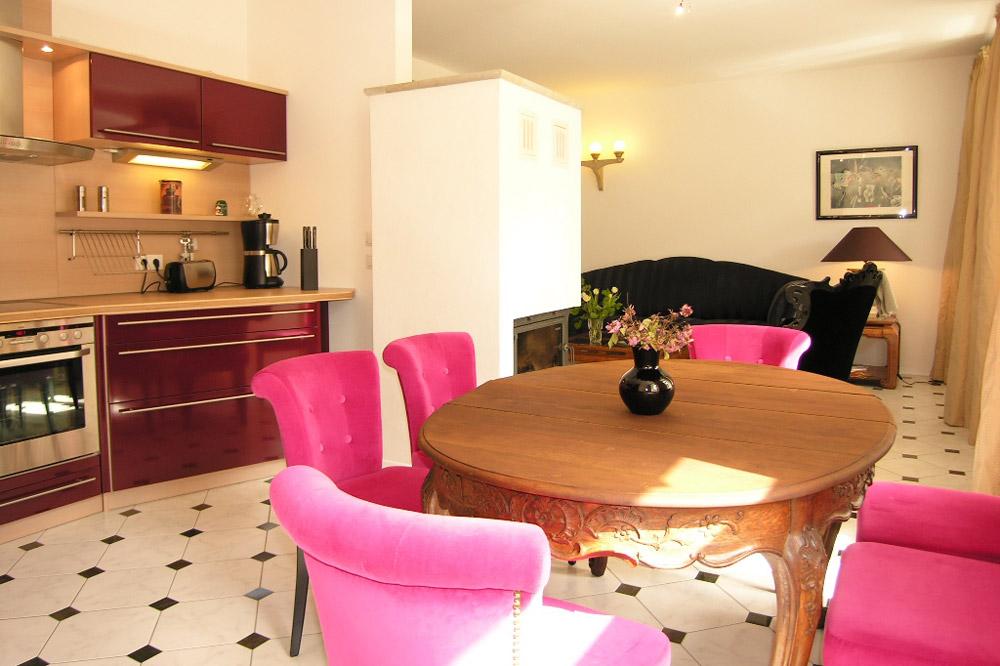 Apartment Dresden Einbauküche mit Tisch