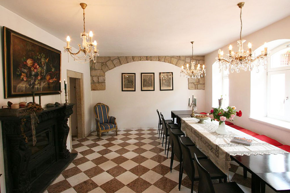 Kaminsalon mit Tischen, Stühlen und Kamin